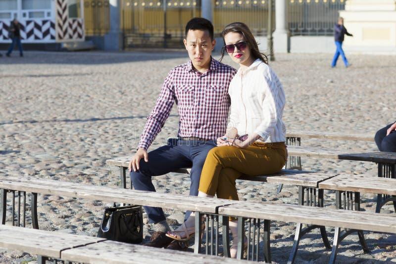 Любящая пара сидит на стенде стоковые изображения rf