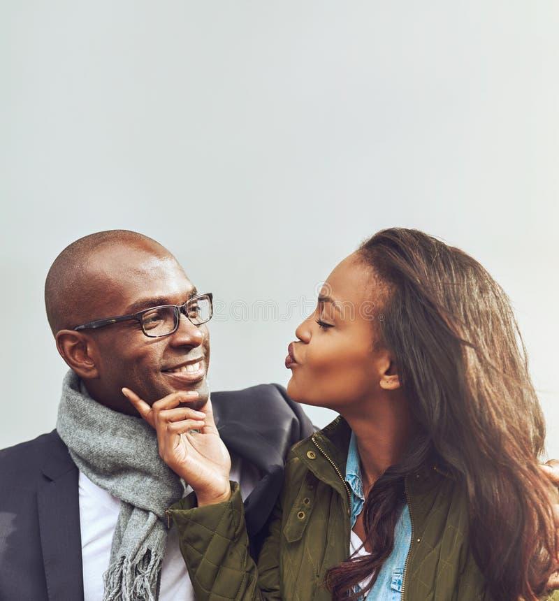 Любящие Афро-американские пары на дате стоковые изображения