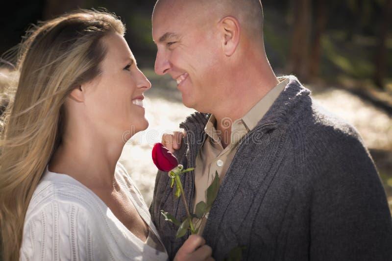 Любящие молодые пары держа Розу стоковые изображения rf