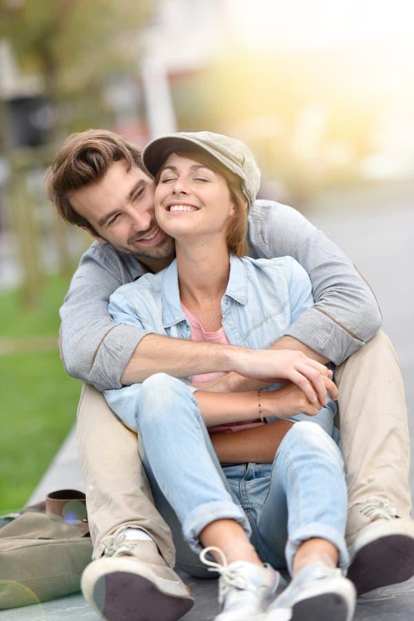Любящие молодые пары усмехаясь и обнимая стоковые изображения rf