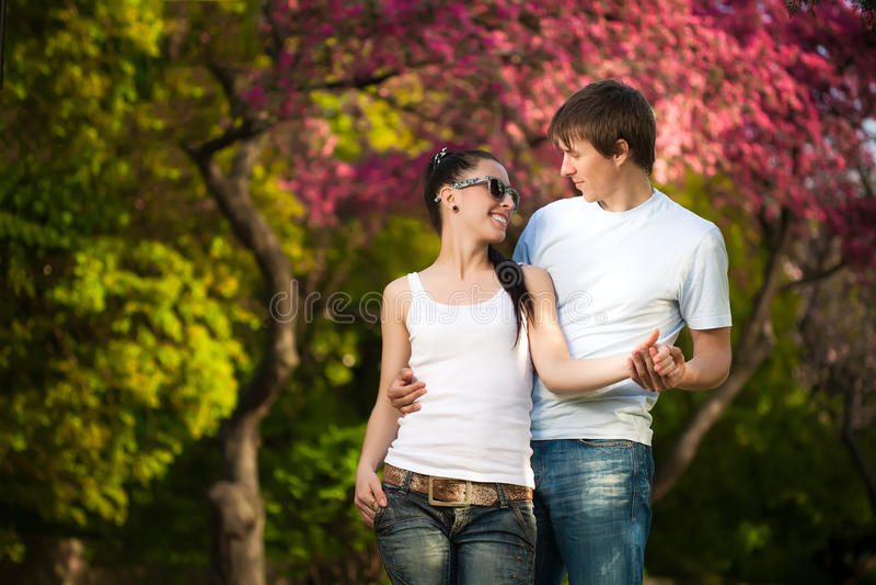 Любящие пары в зеленом парке. лето стоковое фото rf