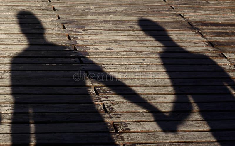 Любящие пары в тенях стоковое фото rf