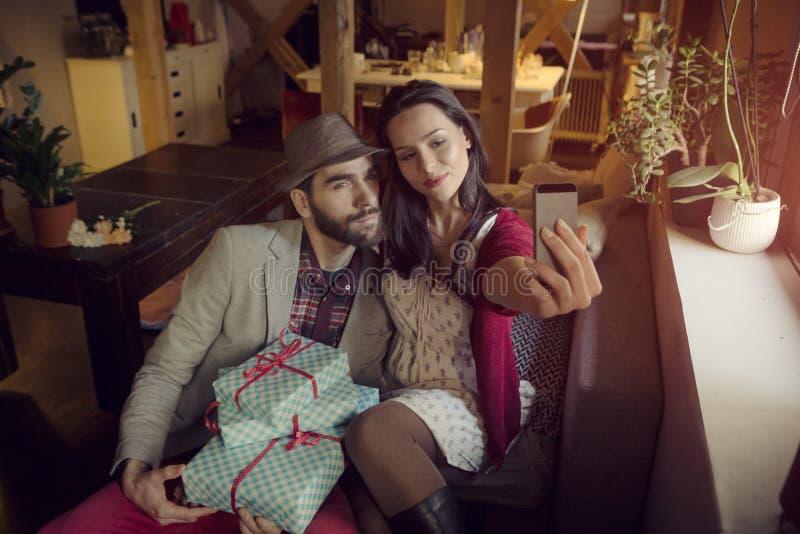 Любящие пары в чердаке стоковая фотография rf