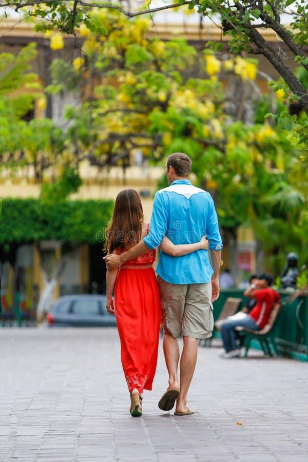 Любящие пары идя и держа руки стоковое изображение rf