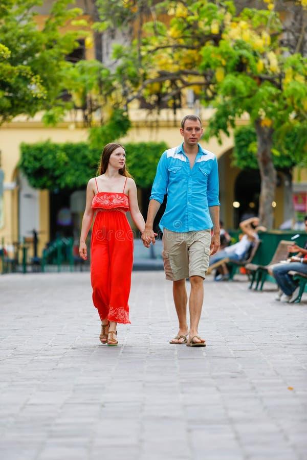 Любящие пары идя и держа руки стоковая фотография rf