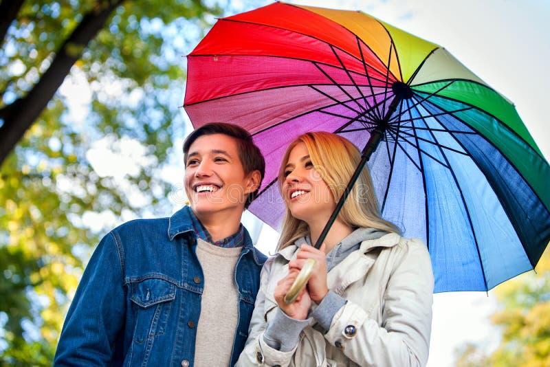 Любящие пары на дате под зонтиком стоковые изображения rf