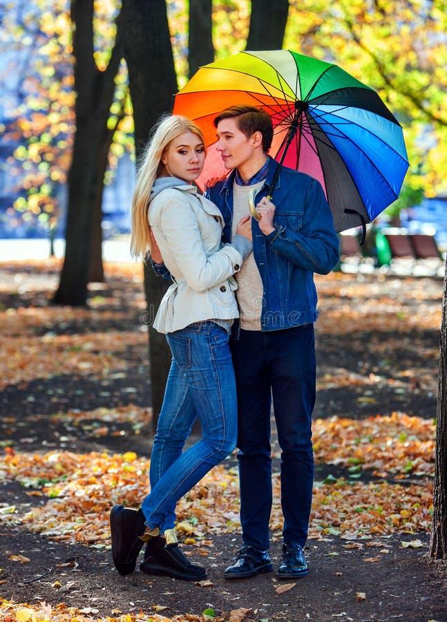 Любящие пары на дате под зонтиком стоковое фото