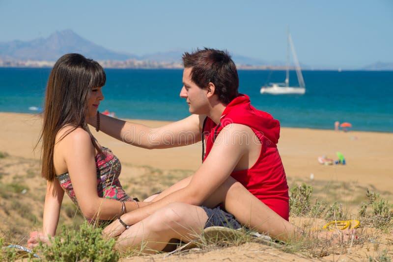 Download Любящие пары на песке стоковое фото. изображение насчитывающей среднеземноморск - 40587492