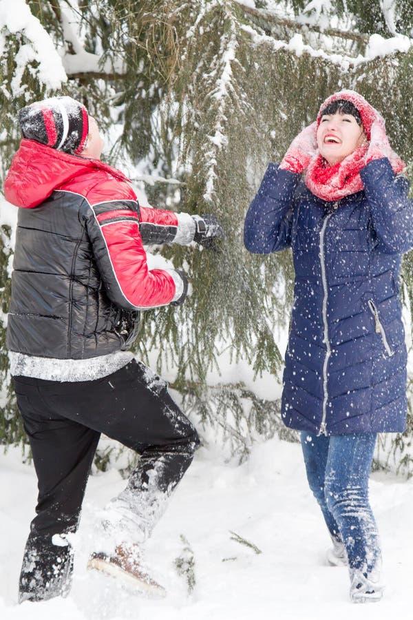 Любящие пары на прогулке зимы стоковая фотография