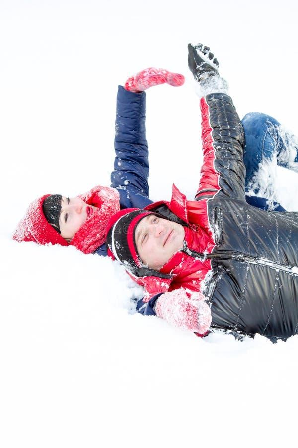 Любящие пары на прогулке зимы стоковые фотографии rf