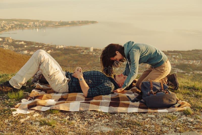 Любящие пары отдыхая на природе стоковая фотография rf