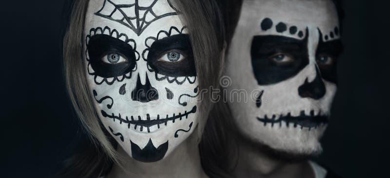 Любящие пары с хеллоуином смотрят на искусство стоковое изображение rf