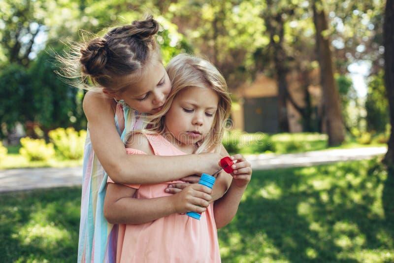 Любящие сестры играя вместе с удовольствием стоковая фотография
