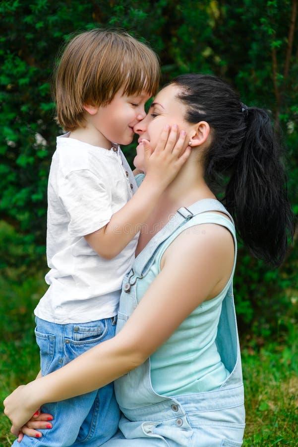 Любящий сын целуя его счастливую мать на носе стоковая фотография rf