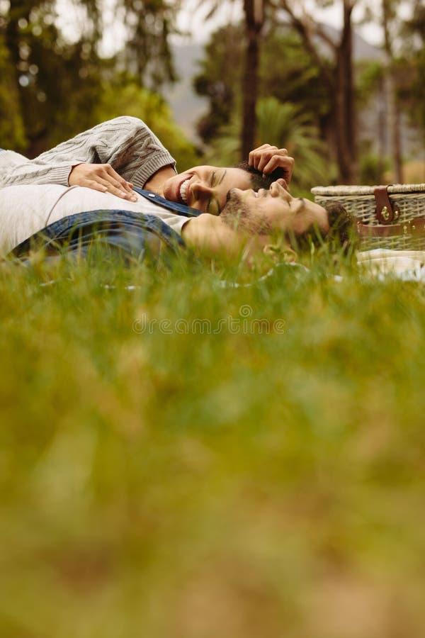 Пары ослабляя на пикнике стоковое изображение