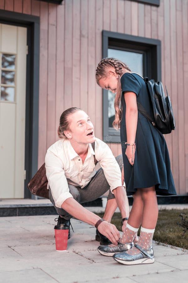 Любя отец говоря с его милой красивой школьницей около дома стоковые изображения