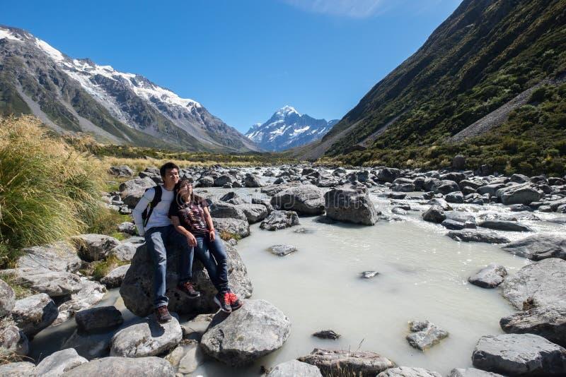 Любя пара исследует повара держателя, Новой Зеландии стоковое фото rf