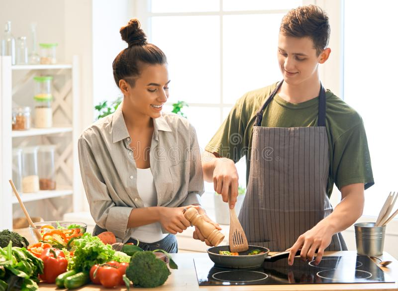 Любя пара подготавливает свойственную еду стоковые изображения rf