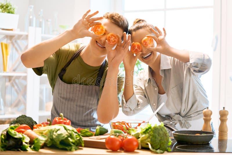 Любя пара подготавливает свойственную еду стоковое изображение