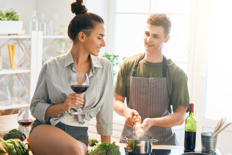 Любя пары в кухне стоковые фото
