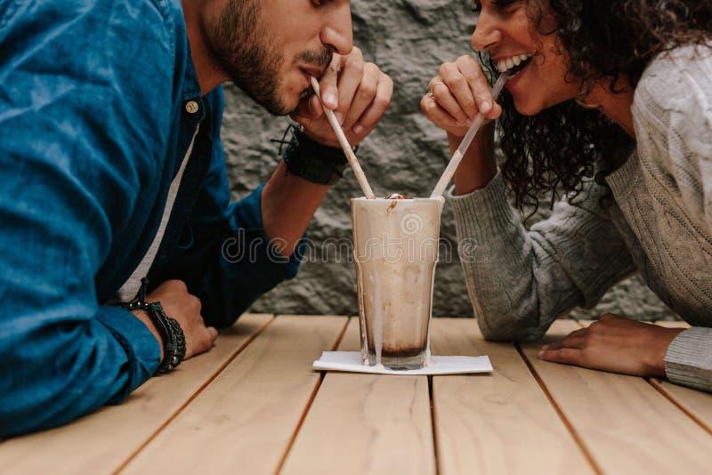 Любя пары деля milkshake стоковое изображение