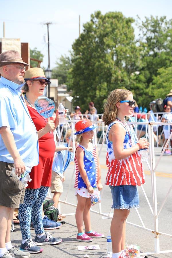 Любя семья присутствовать на параде стоковое фото rf