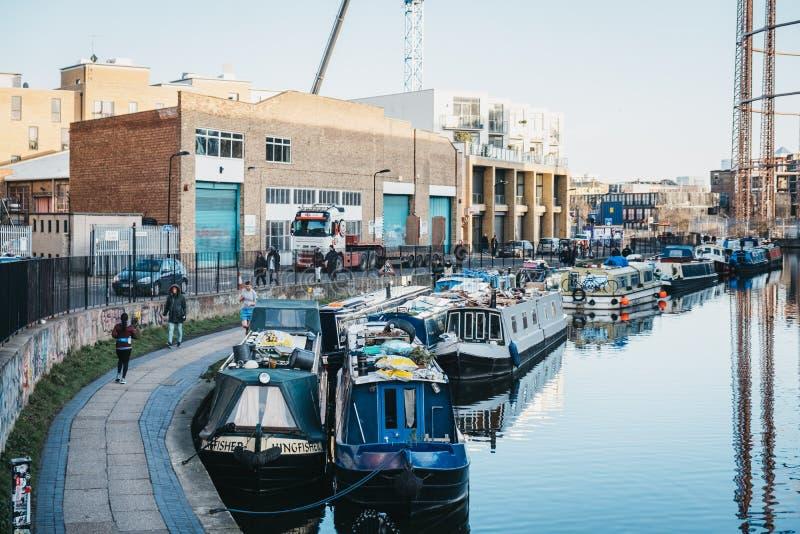 Люди бежать за шлюпками на канале правителя, Лондон, Великобритания стоковая фотография
