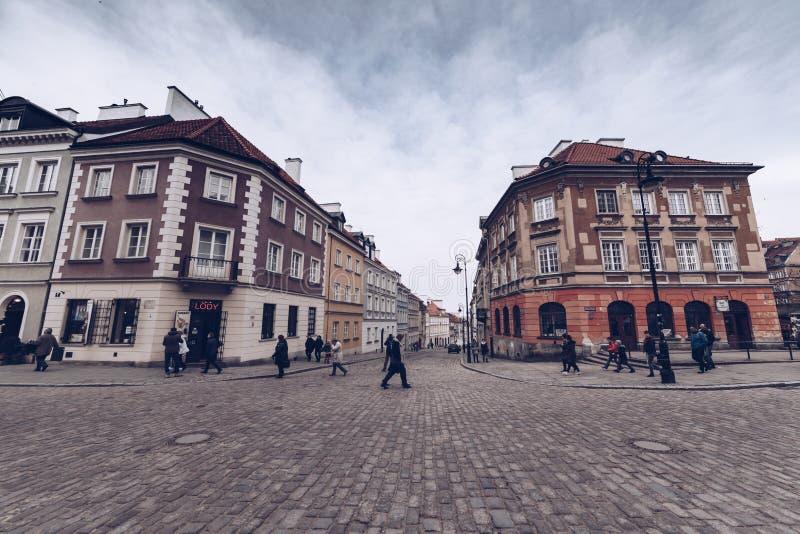 Люди Варшавы Польши - марта 2018 вдоль путей Варшавы во время сезона зимы стоковые фото