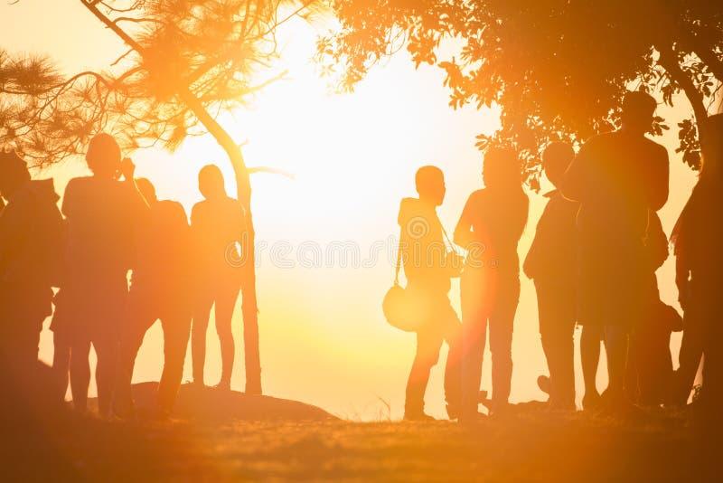 Люди видят заход солнца стоковые фотографии rf