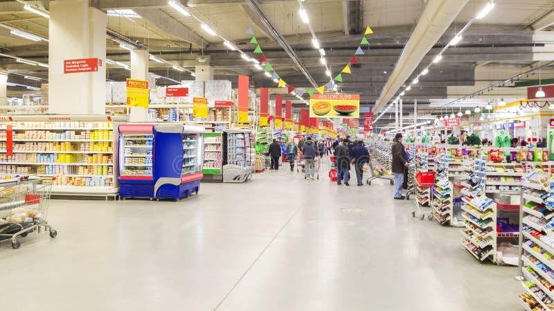 Люди внутри гипермаркета стоковое изображение rf