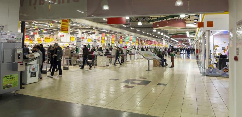 Люди внутри гипермаркета стоковые фотографии rf