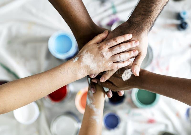 Люди восстанавливая руки дома соединяя совместно стоковое изображение rf