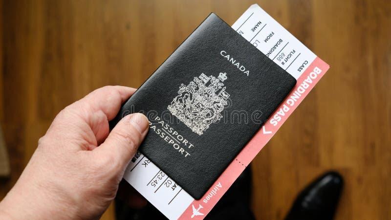 Люди вручают держать пасспорт Канады стоковое изображение