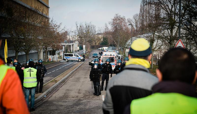 Люди выраженности жилета Gilets Jaunes желтые против полиции стоковые фотографии rf