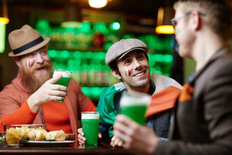 Люди в баре стоковое изображение rf