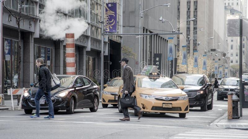 Люди в большом городе o Нью-Йорке стоковое изображение