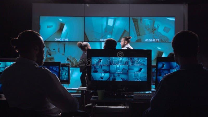 Люди в видео- комнате контроля стоковое фото