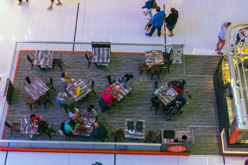 Люди в кафе в торговом центре мола Дубай стоковое изображение