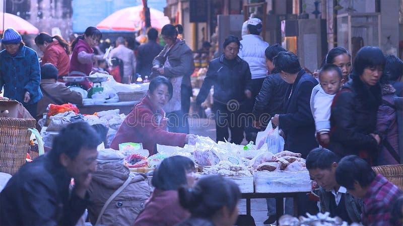Люди в китайской сельской местности рынка которые покупают или продают что-то yunnan Китай стоковое фото