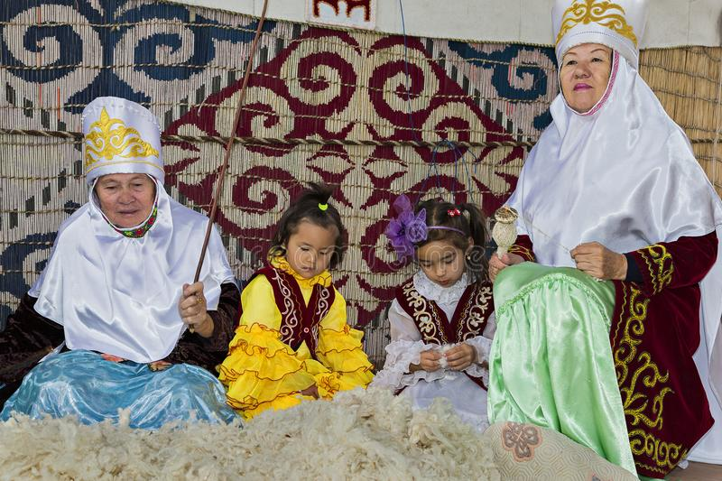 Люди в национальных костюмах, Алма-Ата казаха, Казахстан стоковое фото rf