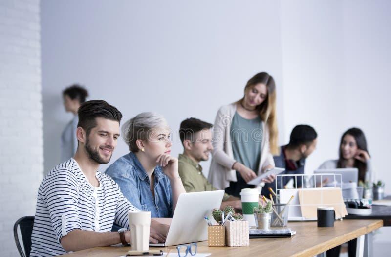 Люди в офисе открытого пространства стоковое изображение