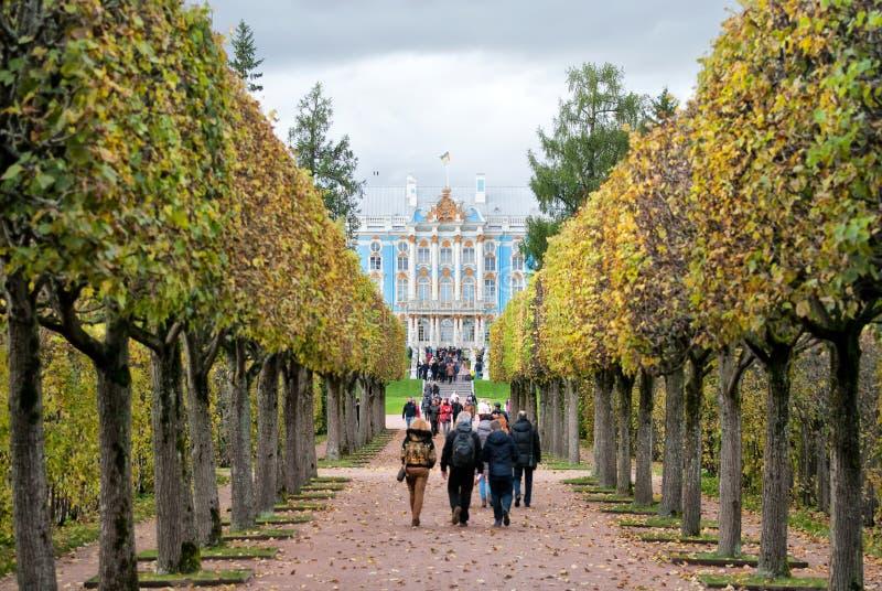 Люди в парке Катрина Tsarskoye Selo Санкт-Петербург Россия стоковая фотография rf