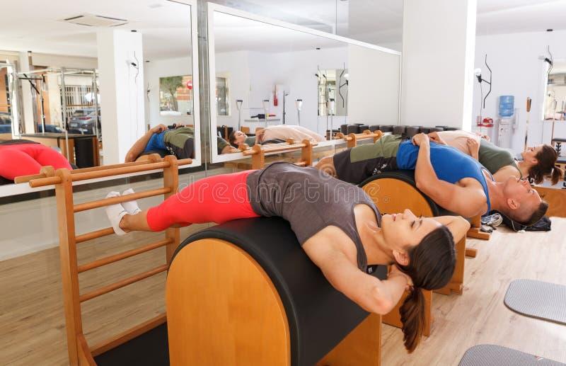 Люди в спортзале с современным оборудованием фитнеса стоковое изображение