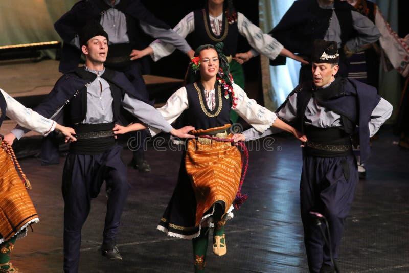 Люди в традиционных костюмах фольклора выполняют народный танец болгарское Horo стоковая фотография rf