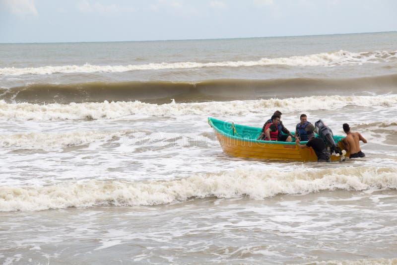 Люди в шлюпке в море стоковое изображение rf