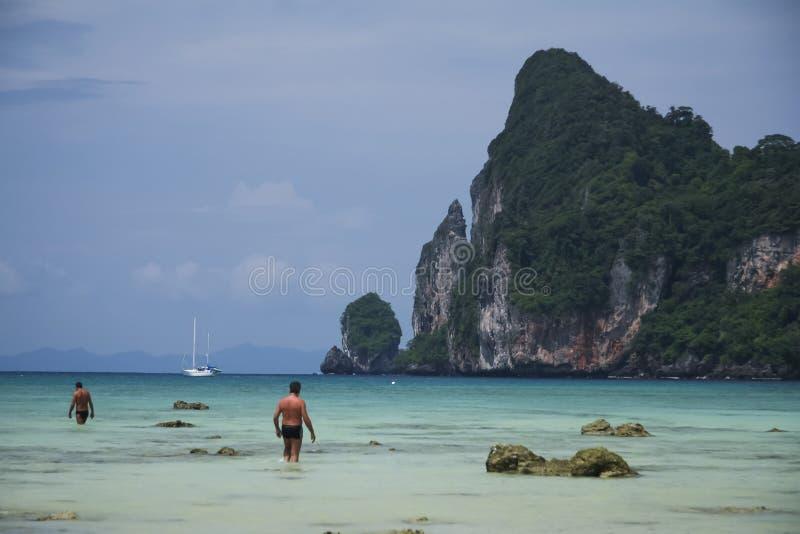 Люди в phi Таиланде phi koh моря стоковое изображение rf