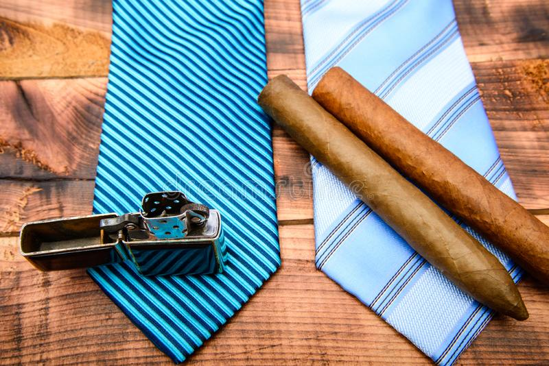 Люди галстука по-настоящему Современный официальный стиль мужские связь и сигара Мужской магазин r r Сигара и лихтер стоковое фото rf