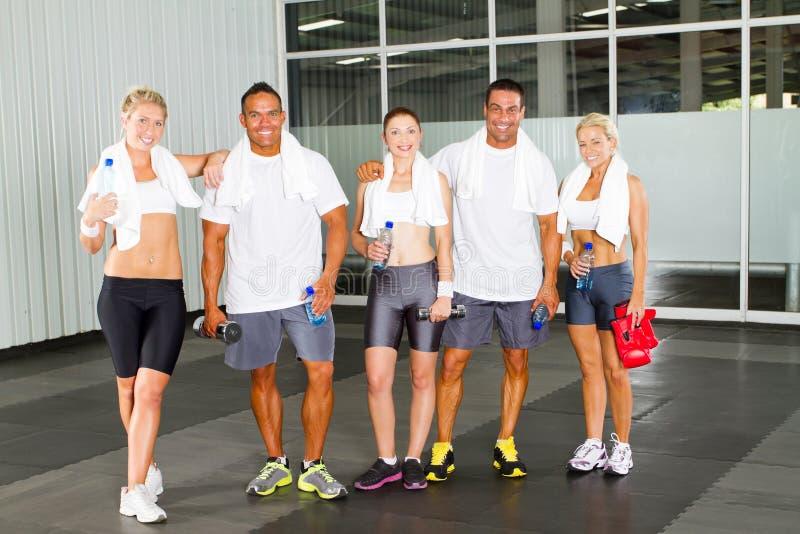 люди гимнастики ослабляя стоковое изображение rf