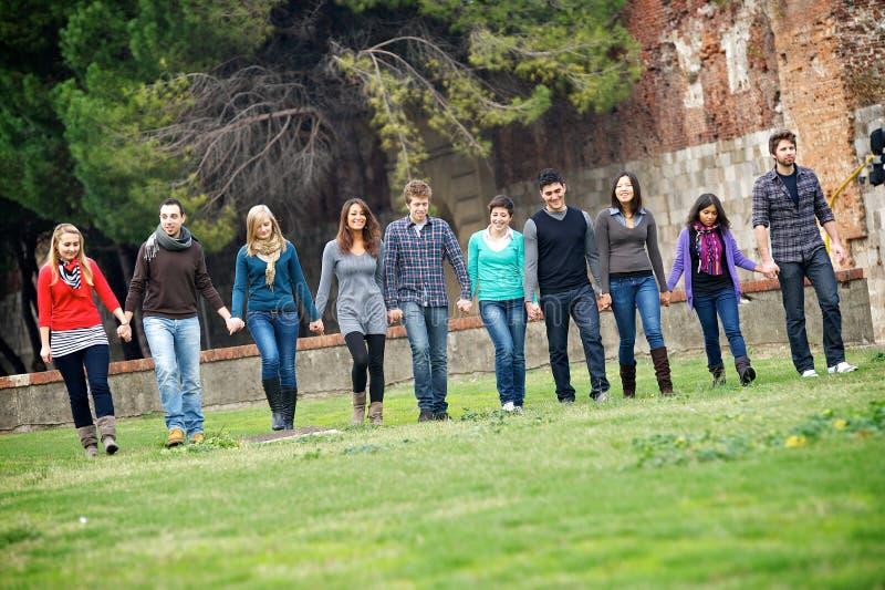 люди группы многокультурные совместно гуляя стоковые фотографии rf