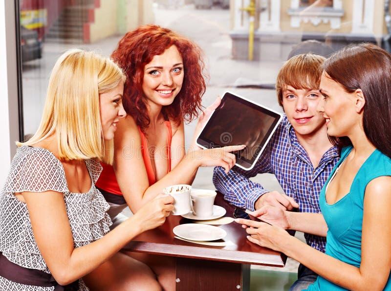 Люди группы с компьютером таблетки на кафе стоковые фотографии rf